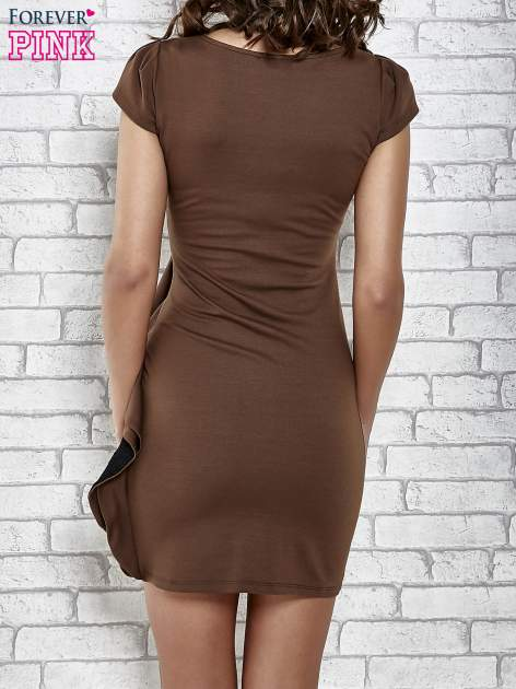 Brązowa dopasowana sukienka z poprzeczną falbaną                                  zdj.                                  2
