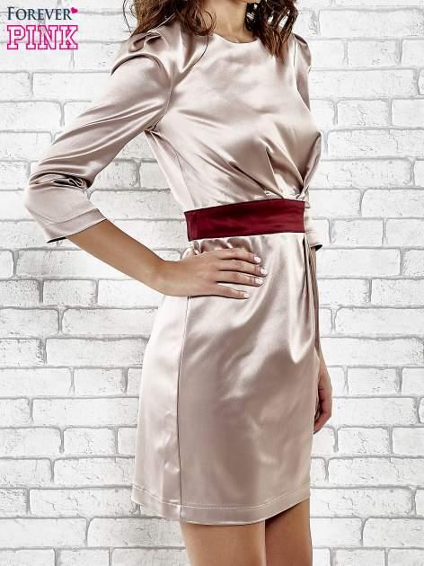Brązowa elegancka sukienka z satyny z drapowaniem                                  zdj.                                  3