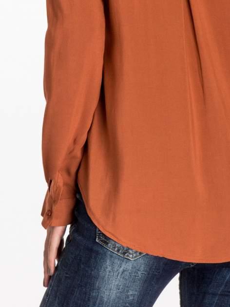 Brązowa koszula z haftem etno na ramionach i kieszonką                                  zdj.                                  7