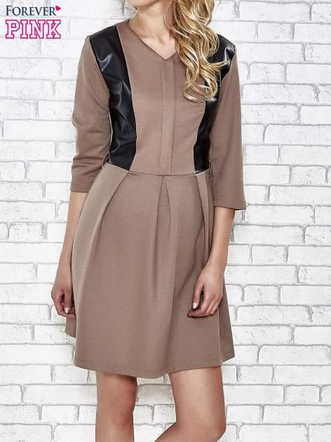 Brązowa rozkloszowana sukienka ze skórzanymi modułami                                  zdj.                                  1