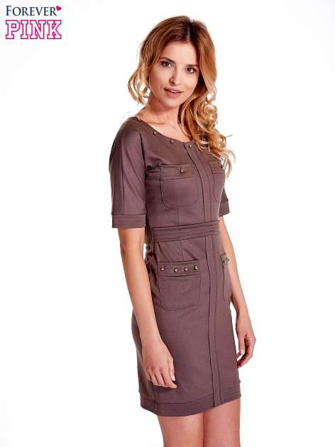 Brązowa sukienka z aplikacją na kieszeniach                                  zdj.                                  3