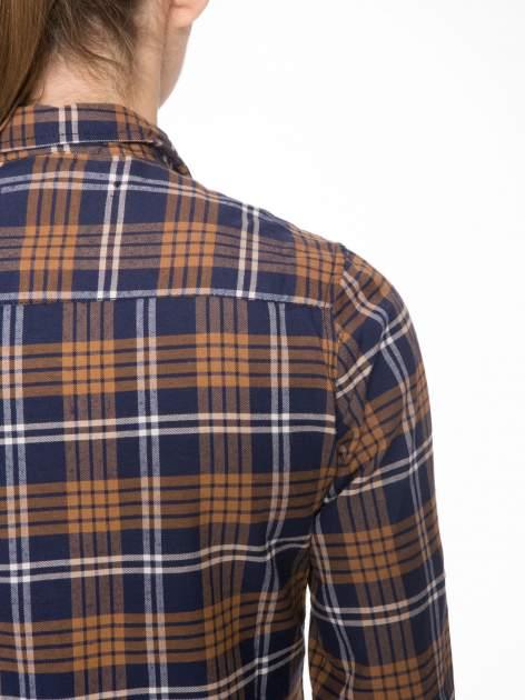 Brązowo-granatowa damska koszula w kratę z kieszonkami i naszywką                                  zdj.                                  9