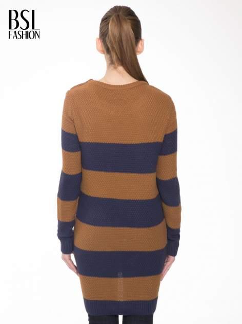Brązowo-granatowy długi sweter w paski z guziczkami przy ramionach                                  zdj.                                  4