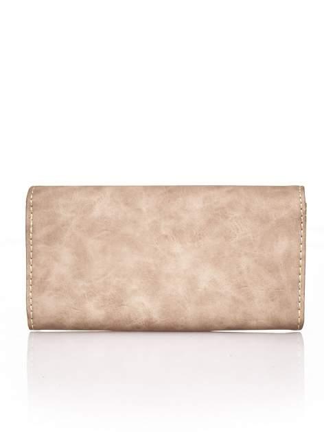 Brązowy fakturowany portfel ze stylizowanym zapięciem                                   zdj.                                  2