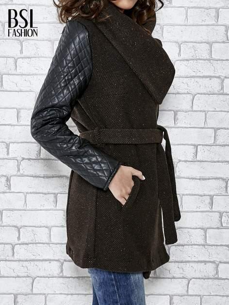 Brązowy płaszcz ze skórzanymi pikowanymi rękawami                                  zdj.                                  5