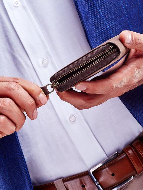 Brązowy portfel dla mężczyzny z tłoczonym emblematem                              zdj.                              3