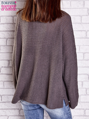 Brązowy sweter oversize z rozcięciami po bokach                                  zdj.                                  5