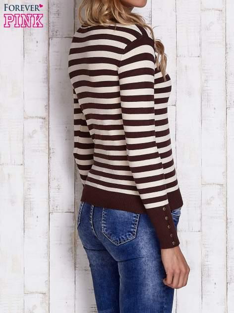 Brązowy sweter w paski z guzikami przy dekolcie i na rękawach                                  zdj.                                  4