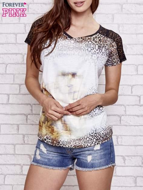 Brązowy t-shirt w panterkę z koronkowymi rękawami                                  zdj.                                  1