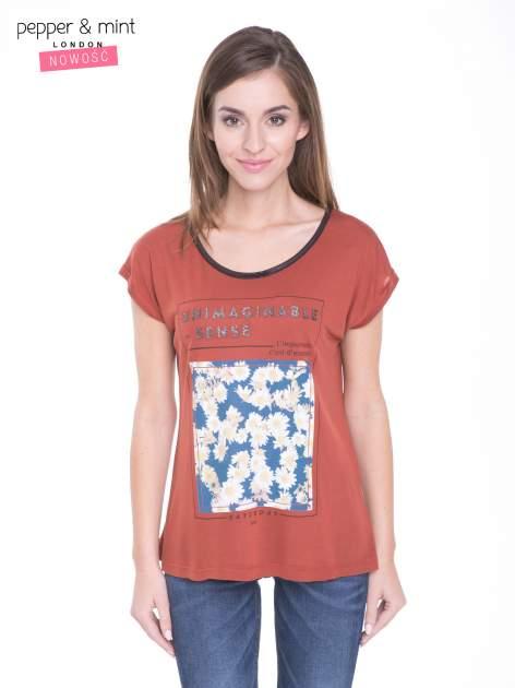 Brązowy t-shirt z kwiatowym nadrukiem i napisem UNIMAGINABLE SENSE                                  zdj.                                  1