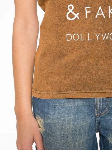 Brązowy t-shirt z nadrukiem DOLLYWOOD                                  zdj.                                  7