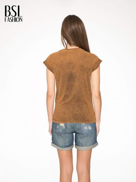 Brązowy t-shirt z nadrukiem DOLLYWOOD                                  zdj.                                  4