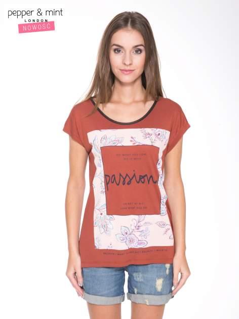 Brązowy t-shirt z nadrukiem PASSION                                  zdj.                                  1