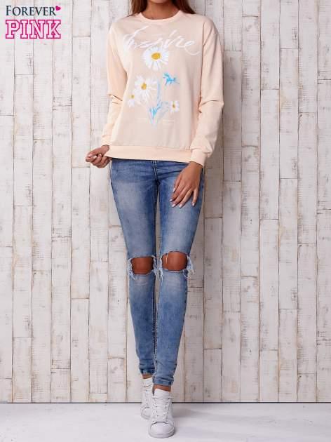 Brzoskwiniowa bluza z nadrukiem kwiatowym i napisem                                  zdj.                                  2