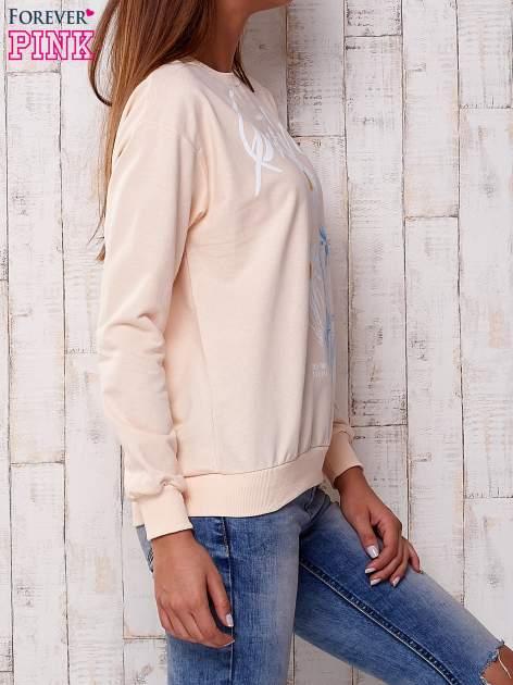 Brzoskwiniowa bluza z nadrukiem kwiatowym i napisem                                  zdj.                                  3