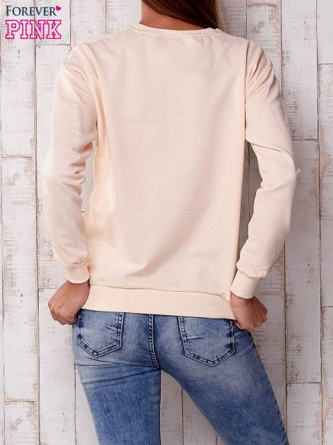 Brzoskwiniowa bluza z nadrukiem kwiatowym i napisem                                  zdj.                                  4