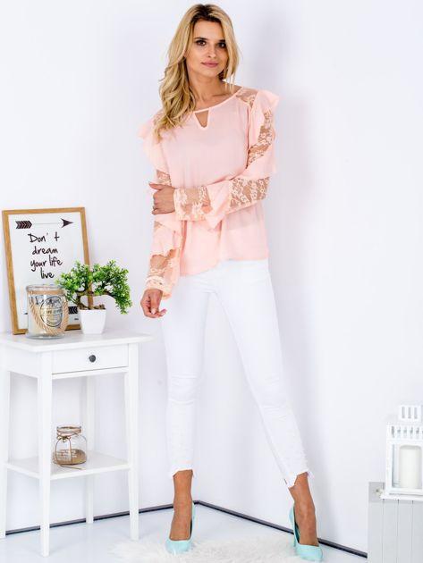 Brzoskwiniowa bluzka z falbanami i koronkowymi rękawami                              zdj.                              4