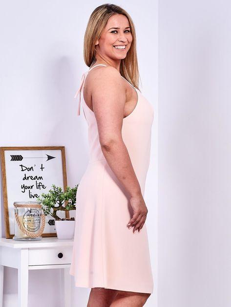 Brzoskwiniowa sukienka z dekoltem halter PLUS SIZE                              zdj.                              6