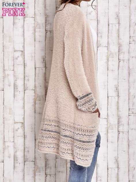 Brzoskwiniowy długi włochaty sweter z kolorową nitką                                  zdj.                                  5