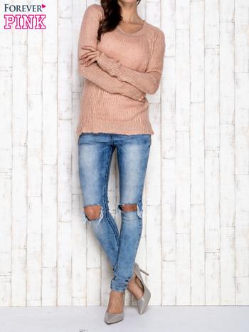 Brzoskwiniowy dzianinowy sweter o szerokim splocie                                  zdj.                                  2