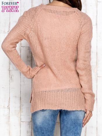 Brzoskwiniowy dzianinowy sweter o szerokim splocie                                  zdj.                                  4