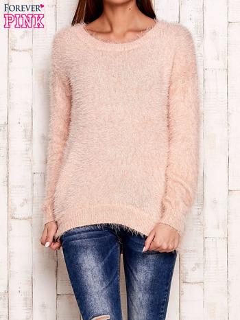 Brzoskwiniowy sweter z długim włosem                                  zdj.                                  1