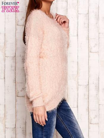 Brzoskwiniowy sweter z długim włosem                                  zdj.                                  3