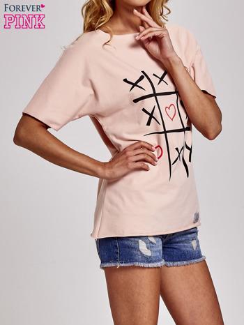 Brzoskwiniowy t-shirt z motywem serce i krzyżyk                                  zdj.                                  3