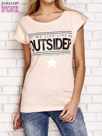 Brzoskwiniowy t-shirt z napisem LET ME LIVE LIKE AN OUTSIDER