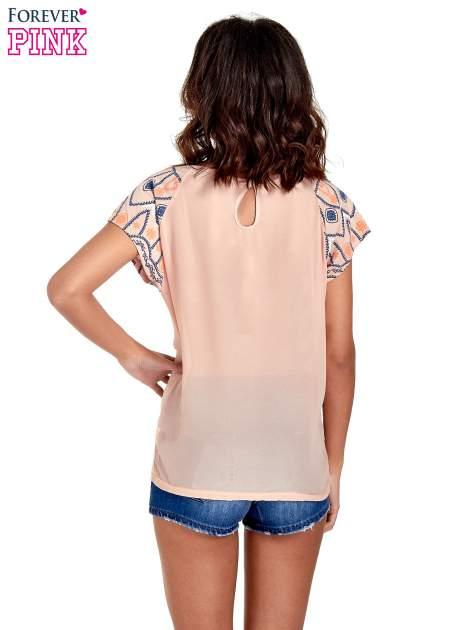 Brzoskwiniowy t-shirt z rękawkami w motyw etno                                  zdj.                                  4