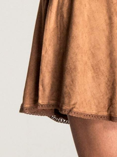 Camelowa sukienka z zamszu w stylu boho                                  zdj.                                  6