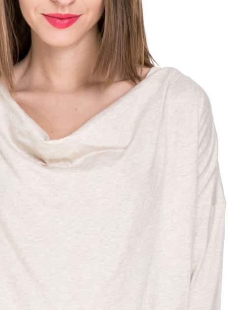 Ciemnobeżowa bawełniana bluzka z dekoltem typu woda                                  zdj.                                  5