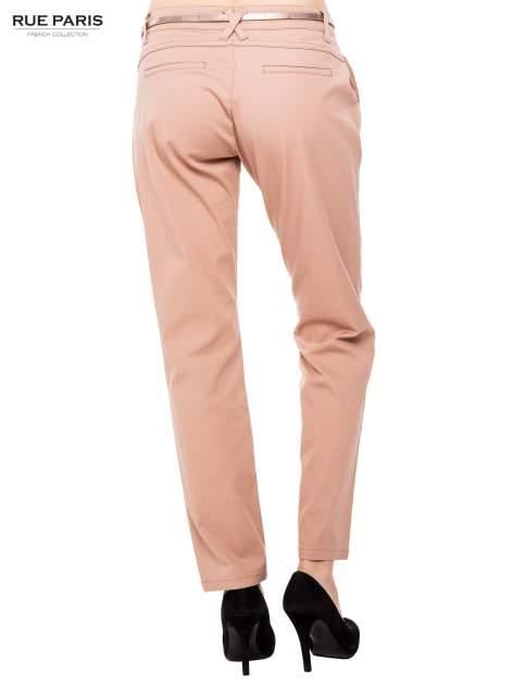 Ciemnobeżowe spodnie z paskiem z lakierowanej skóry                                  zdj.                                  4