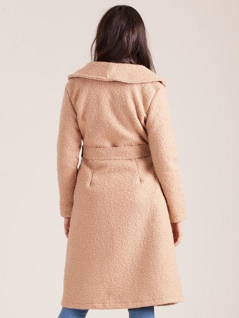 Ciemnobeżowy płaszcz boucle z paskiem                               zdj.                              2