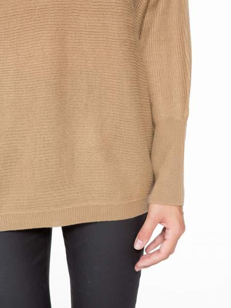 Ciemnobeżowy sweter z nietoperzowymi rękawami                                  zdj.                                  6