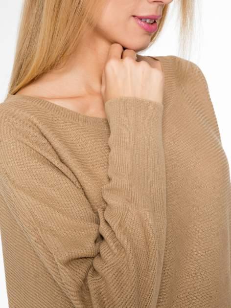 Ciemnobeżowy sweter z nietoperzowymi rękawami                                  zdj.                                  7