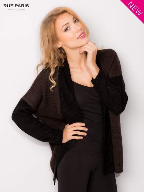 Ciemnobrązowy sweter z kontrastowym pasem i rękawami                                  zdj.                                  2