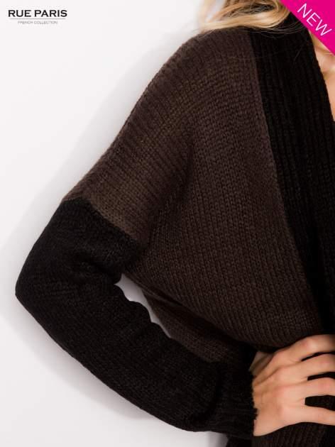 Ciemnobrązowy sweter z kontrastowym pasem i rękawami                                  zdj.                                  5