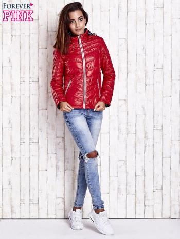 Ciemnoczerwona pikowana kurtka z wykończeniem w groszki                                  zdj.                                  5