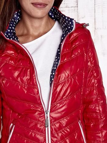 Ciemnoczerwona pikowana kurtka z wykończeniem w groszki                                  zdj.                                  8