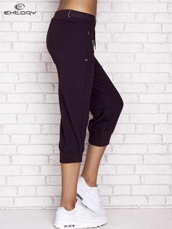 Ciemnofioletowe spodnie dresowe capri z wszytymi kieszeniami                                  zdj.                                  3