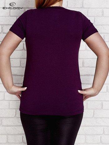 Ciemnofioletowy t-shirt z kieszonką PLUS SIZE