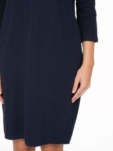 Ciemnogranatowa dresowa sukienka z kieszeniami po bokach                                  zdj.                                  7