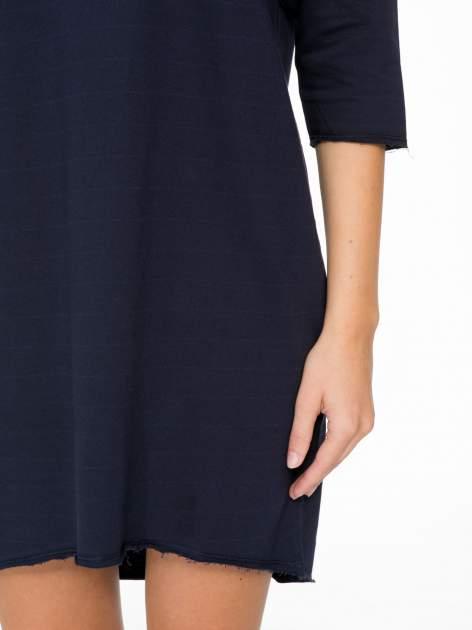 Ciemnogranatowa sukienka oversize z surowym wykończeniem                                  zdj.                                  7