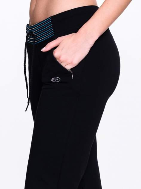 Ciemnogranatowe spodnie dresowe z granatową wstawką                                  zdj.                                  5