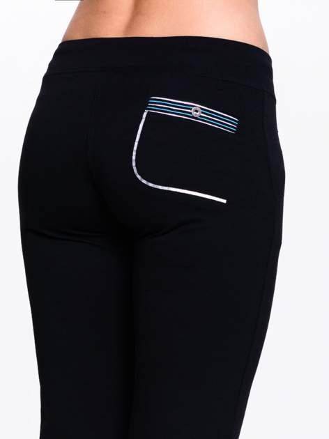 Ciemnogranatowe spodnie dresowe z granatową wstawką                                  zdj.                                  6