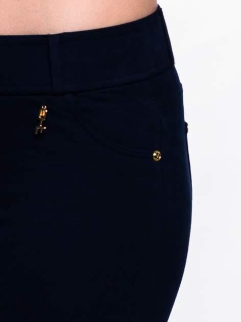 Ciemnogranatowe spodnie dresowe ze złotymi napami                                  zdj.                                  7