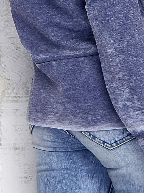 Ciemnoniebieska bluza acid wash z cyfrowym nadrukiem                                  zdj.                                  6