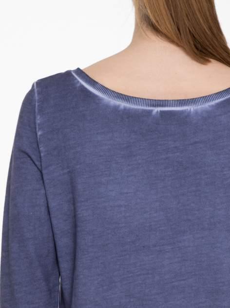 Ciemnoniebieska bluza z efektem cieniowania i napisem CHIC                                  zdj.                                  5