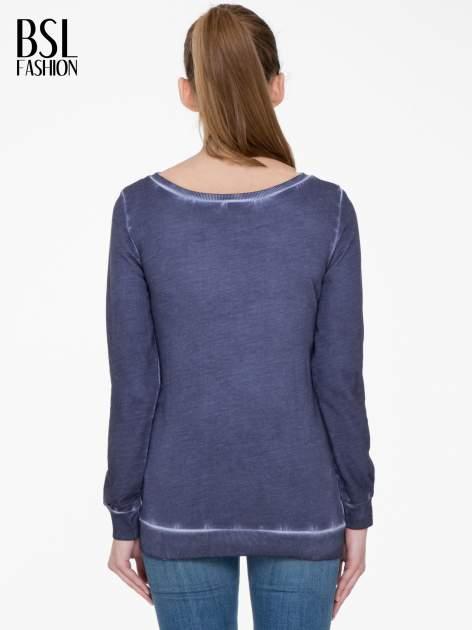 Ciemnoniebieska bluza z efektem cieniowania i napisem CHIC                                  zdj.                                  4